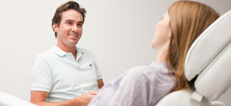 Behandlung - Dr. Metz und Patientin in Praxis Bogenhausen
